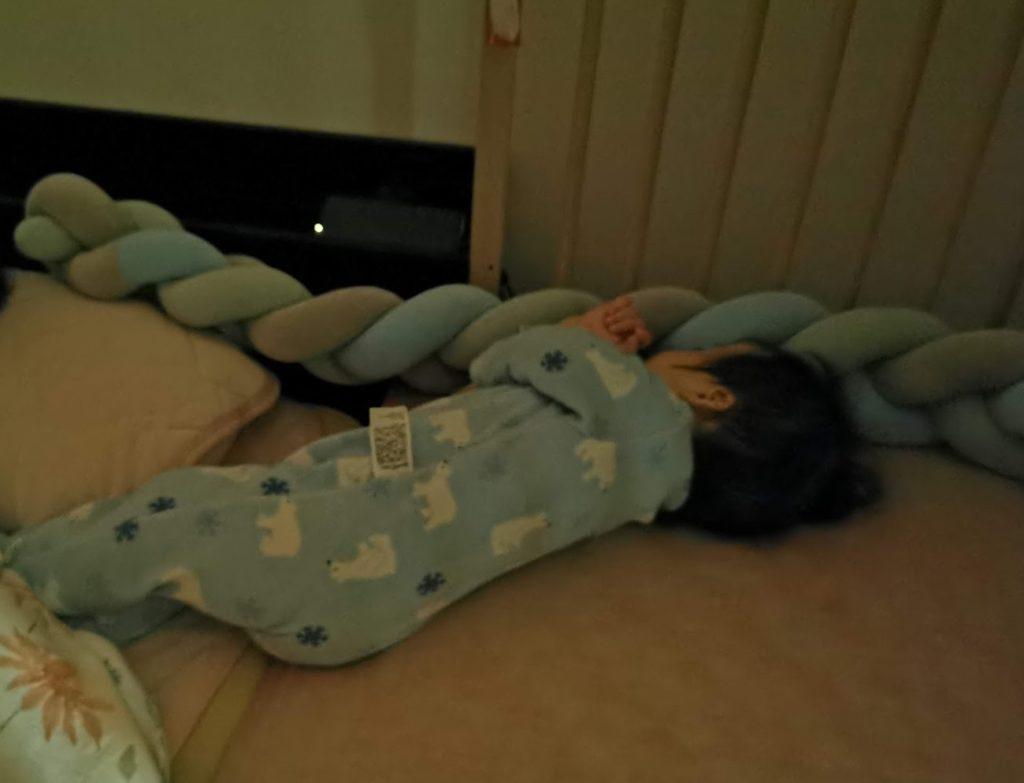 家の赤ん坊の暗所撮影
