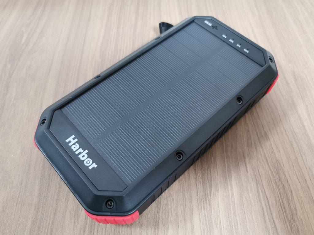 キャンプギア感満載のモバイルバッテリー