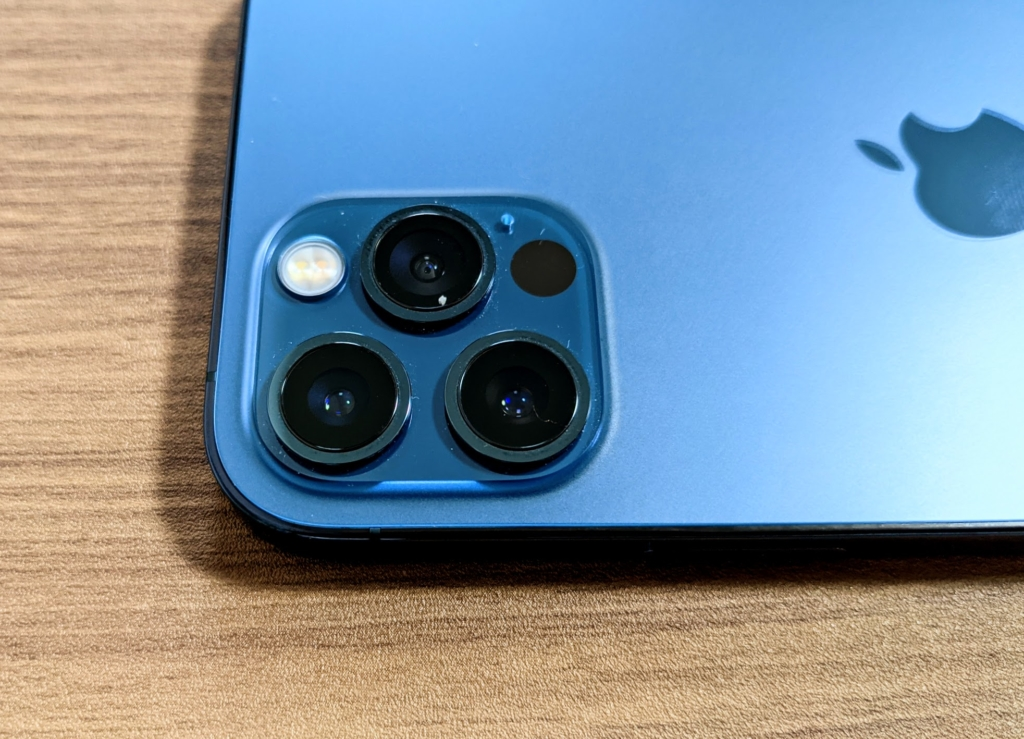 賛否両論のカメラデザインは継承